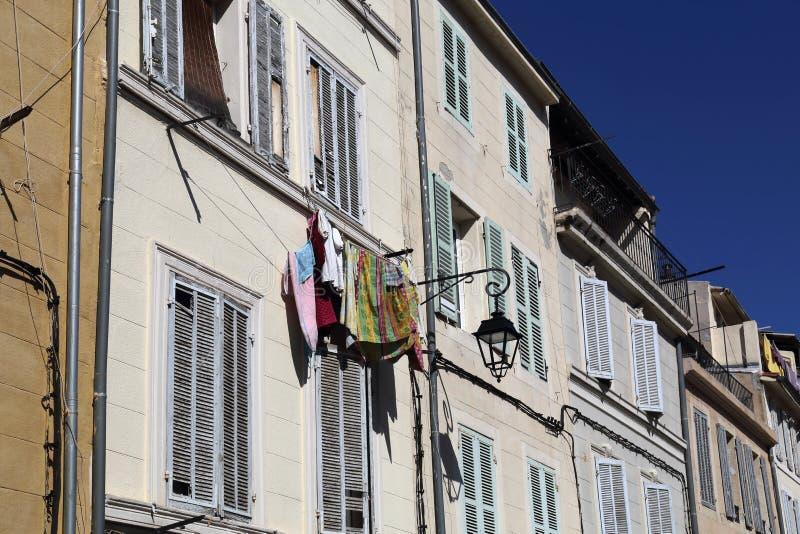 Wäscherei hängt vom Fenster in Marseille, Frankreich lizenzfreies stockbild