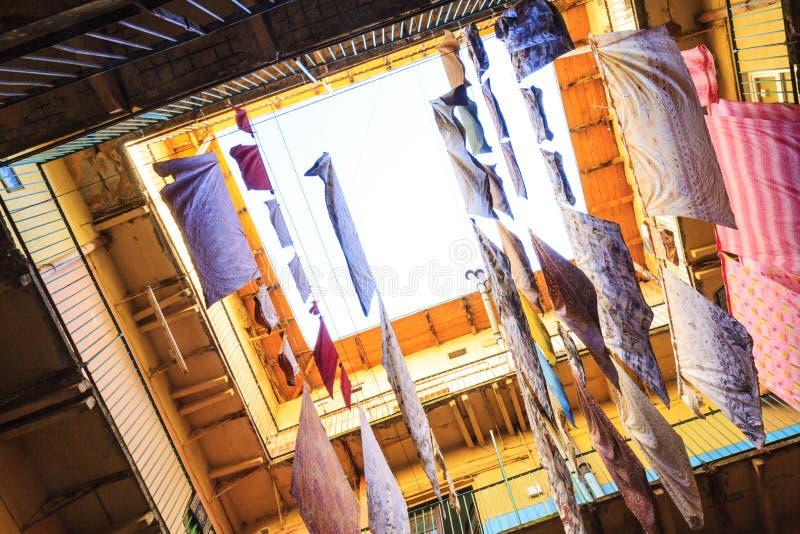 Wäscherei ist im Hof trocken lizenzfreies stockbild