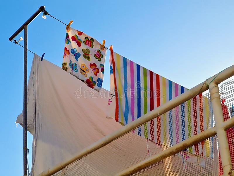 Wäscherei trocknet in der Sonne lizenzfreie stockfotografie