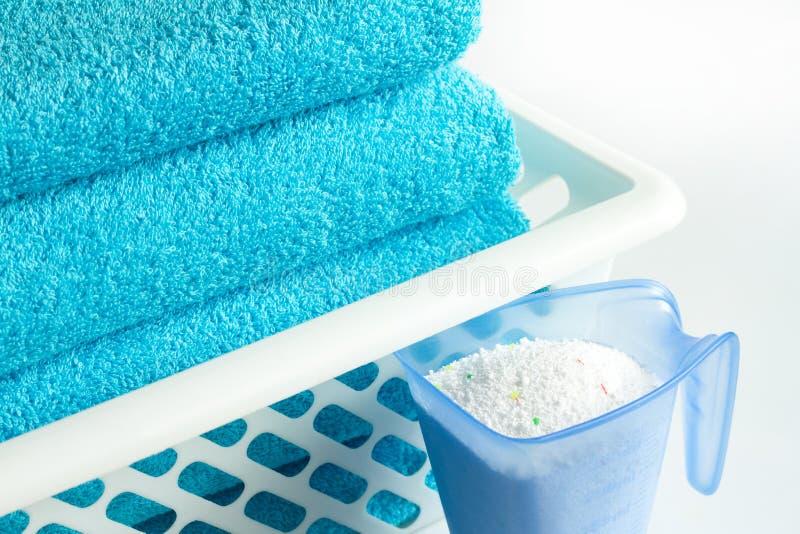 Wäschereiblautücher und Waschpulver stockfotografie