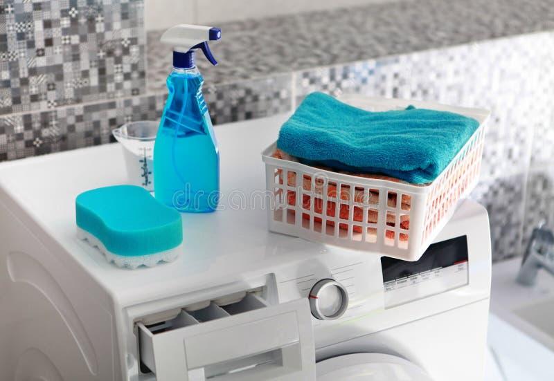 Wäschereipulver auf Waschmaschine lizenzfreie stockfotografie