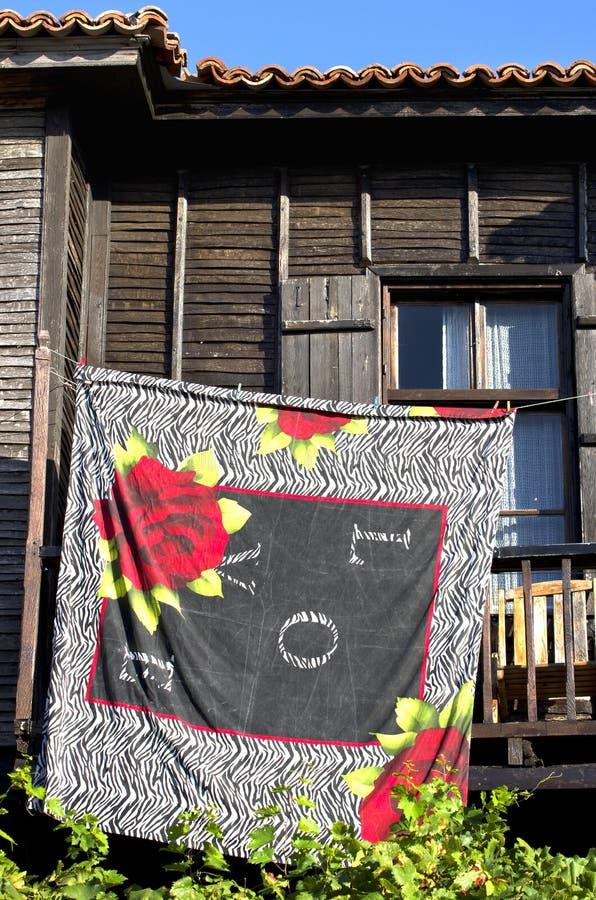 Wäschereiwäscheleine in einem Balkon stockfoto
