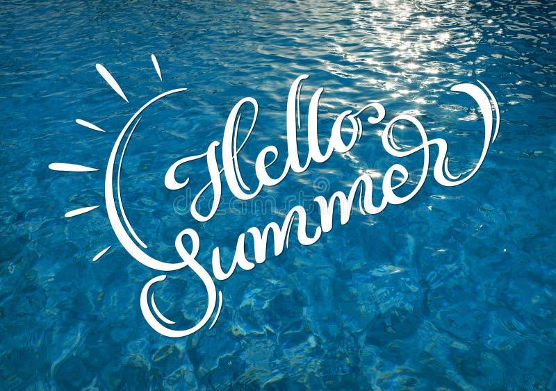 Wässern Sie Beschaffenheit mit Solarflecken von Licht und Text hallo Sommer Kalligraphiebeschriftung lizenzfreies stockbild