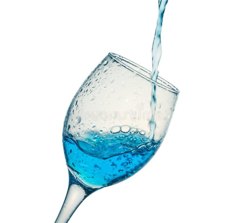 Wässern Sie das Fließen in Glas stockbilder