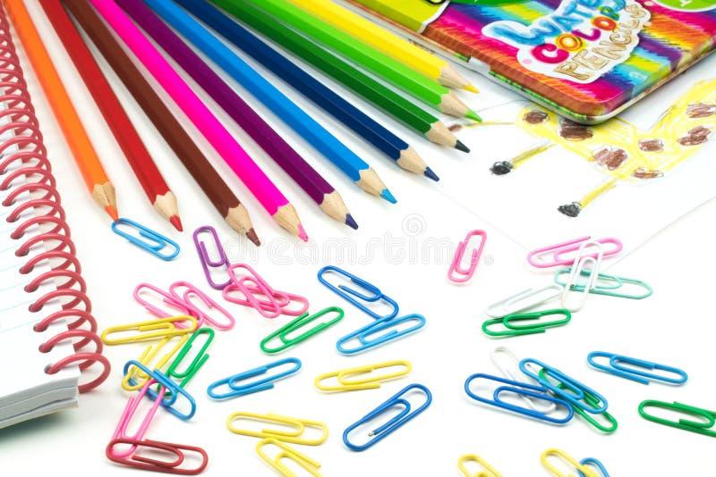 Wässern Sie farbige Bleistifte und Papierklammern, Schulkonzept lizenzfreie stockfotografie