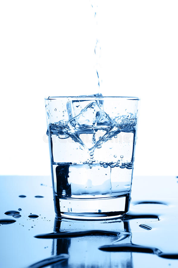 Wässern Sie innen gießen zum Glas mit Eiswürfeln lizenzfreie stockfotos