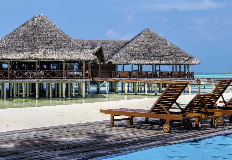 Wässern Sie Landhaus am schönen tropischen Strandurlaubsort der maledivischen Insel lizenzfreie stockbilder
