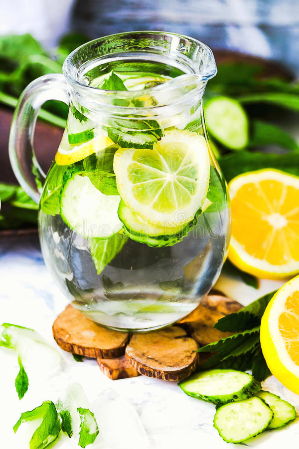 Wässern Sie mit Zitrone, Minze und Gurke im Glas, heller Hintergrund stockbilder