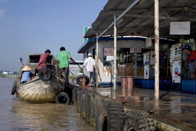 Wässern Sie Tankstelle auf dem Mekong-Fluss, Vietnam lizenzfreies stockfoto