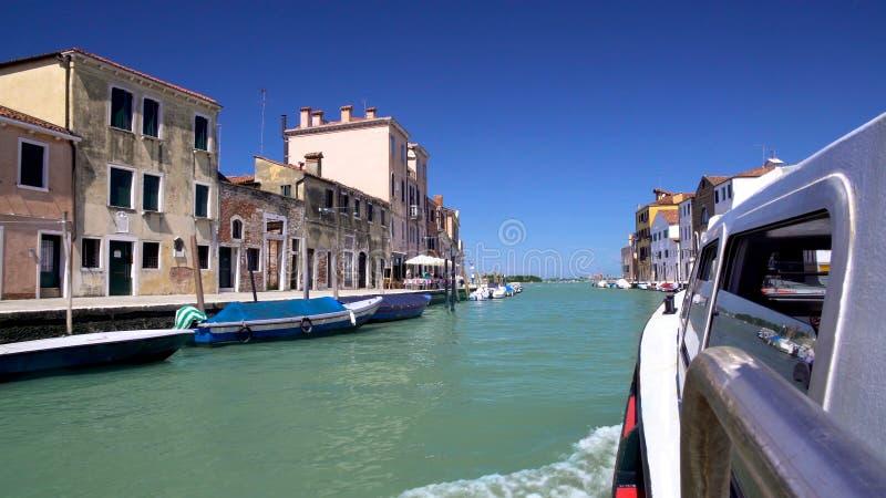 Wässern Sie tragende Touristen des Taxibusses entlang Grand Canal, Freizeitreise um Venedig lizenzfreie stockbilder