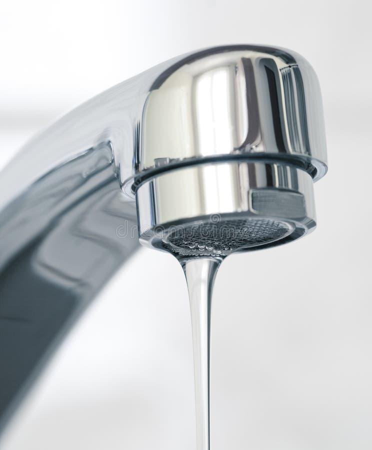 Wasser, das vom Wasserhahn fließt stockfotografie