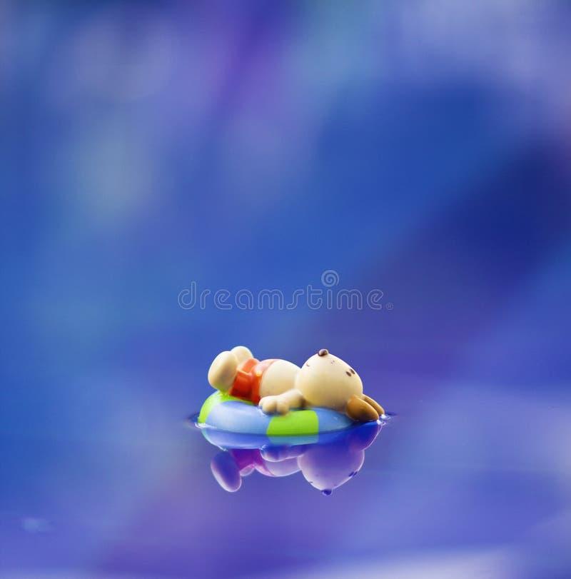 Właśnie relaksujący w basenie fotografia stock