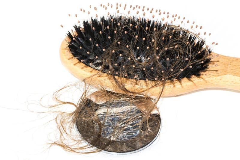 Włosiana strata na washbasin Długi mokry brown włosy z drewna muśnięciem na białym basenie w łazience obrazy royalty free