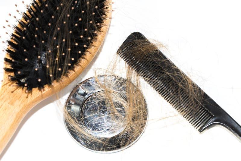 Włosiana strata na washbasin Tęsk brown włosy z czerni gręplą i drewna muśnięciem na białym basenie w łazience obrazy stock