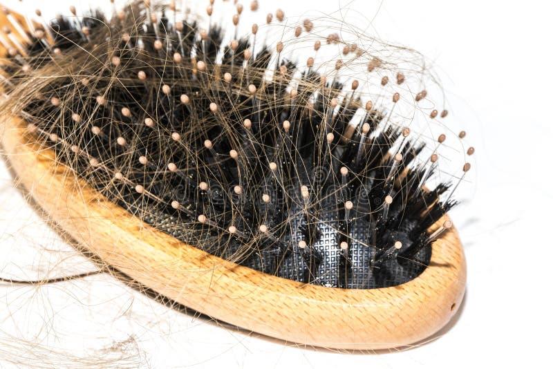 Włosiana strata na washbasin Tęsk brown włosy z drewna muśnięciem na białym basenie w łazience obraz royalty free