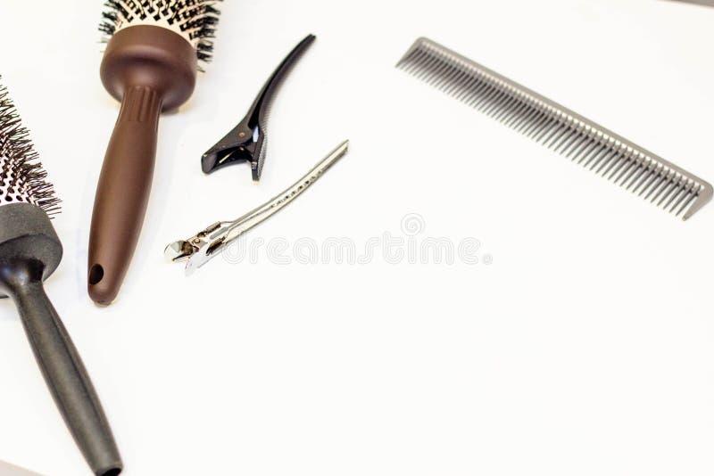 Włosianej opieki pojęcie Hairpins, płaski hairbrush i round gręple, zdjęcie stock