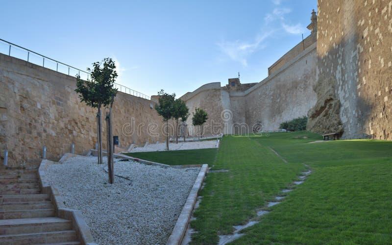Wśrodku widoku na zielonym parku cytadela Wiktoria zakrywał z starymi ścianami i otaczający z drzewami, kamieniami i trawą w Gozo obraz stock