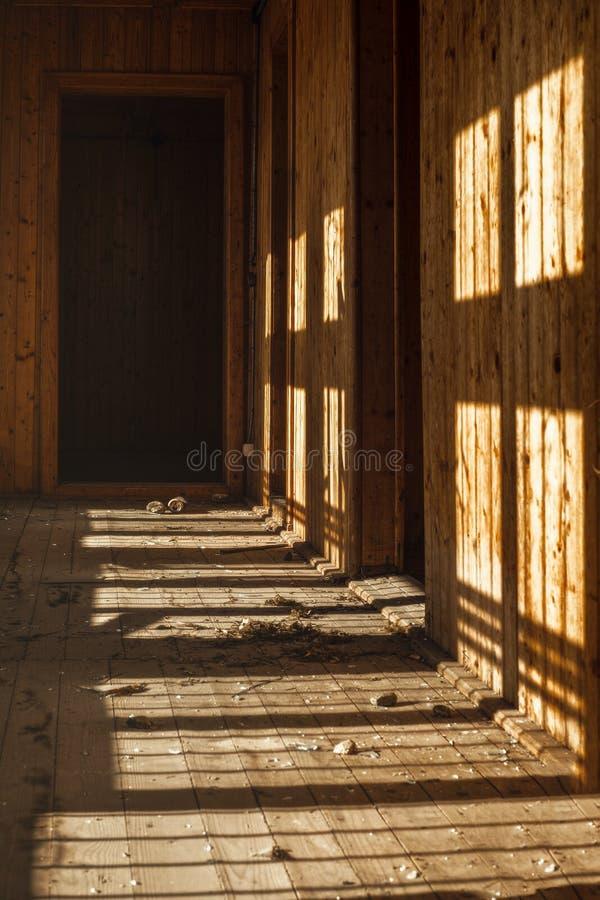 Wśrodku zaniechanej drewnianej budowy obrazy royalty free