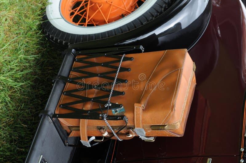 Wóz z antykami walizka skóry.