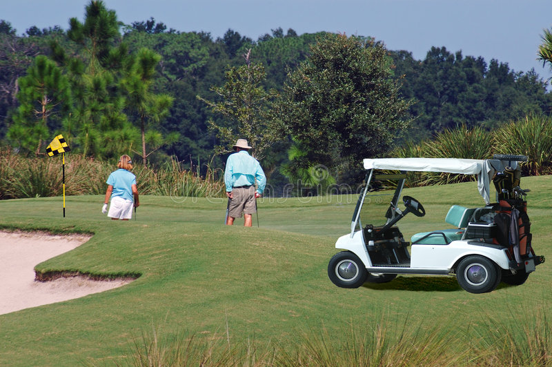 wózek golfiarzami green fotografia stock