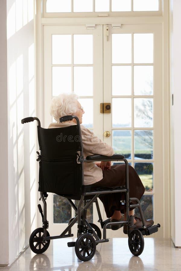 wózek inwalidzki niepełnosprawna starsza kobieta zdjęcia royalty free