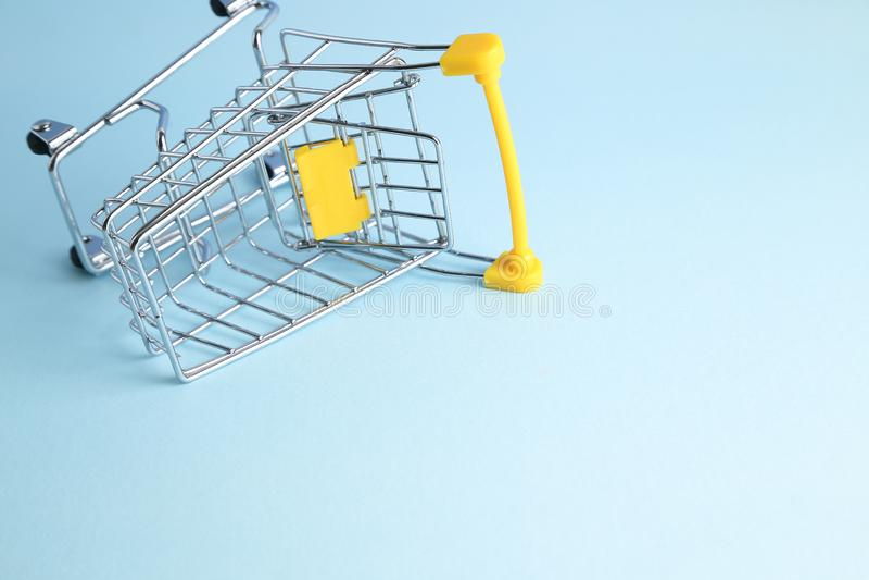 Wózek na zakupy na błękitnym tle zdjęcie stock