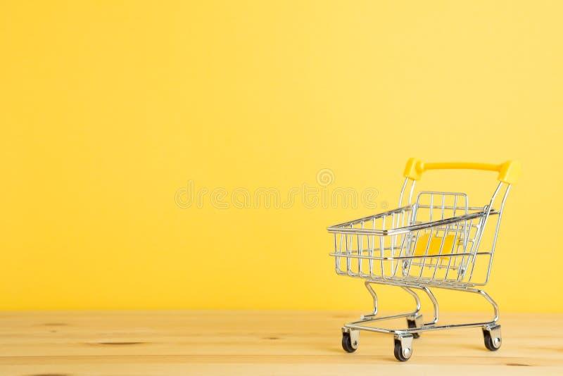 Wózek na zakupy na drewnianym stole zdjęcia stock