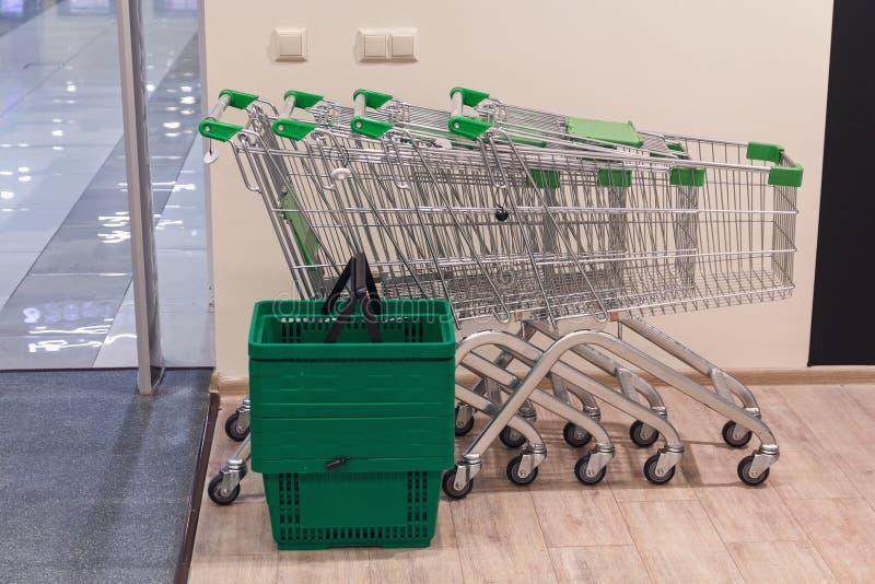 Wózek na zakupy i kosze przy wejściem fotografia stock