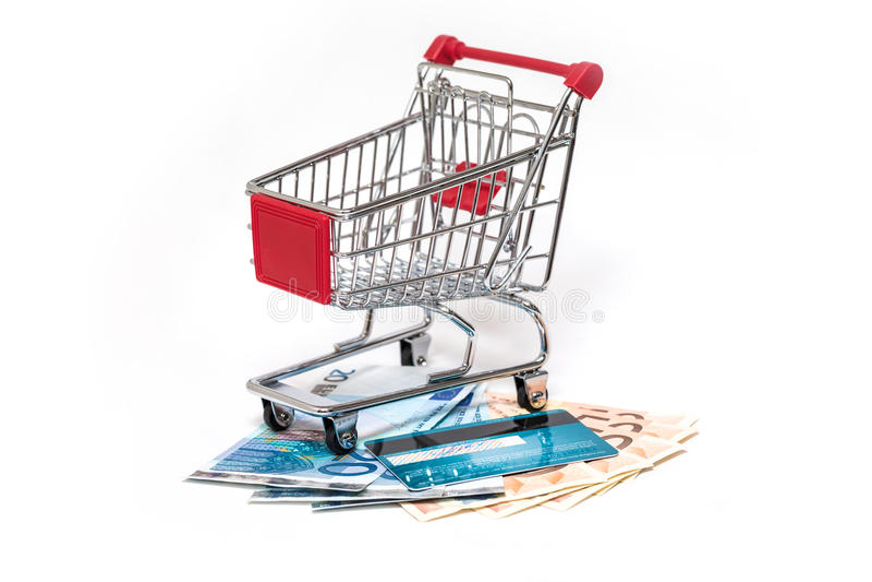 Wózek na zakupy i kredytowa karta odizolowywający fotografia stock
