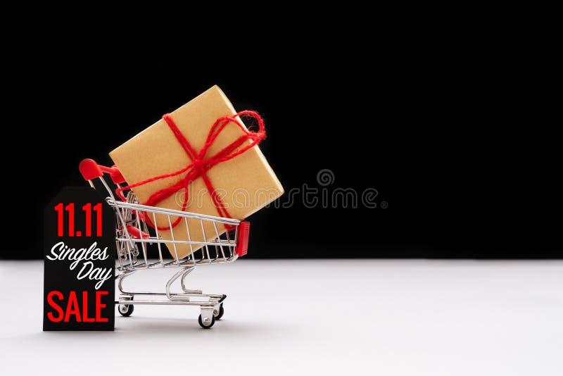 Wózek na zakupy i torby na zakupy z prezenta pudełkiem, Chiny 11 11 pojedynczego dnia sprzedaży pojęcie zdjęcia stock