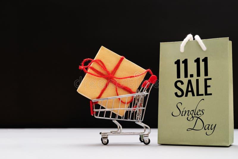 Wózek na zakupy i torby na zakupy z prezenta pudełkiem, Chiny 11 11 pojedynczego dnia sprzedaży pojęcie obraz stock