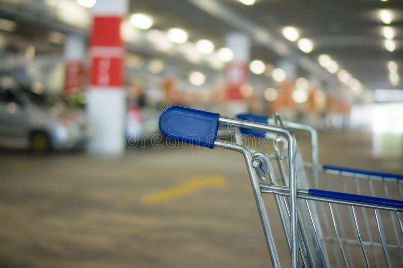 Wózek na zakupy na podziemnym parking w supermarkecie zdjęcie royalty free