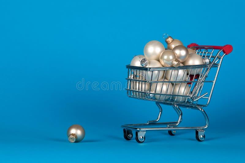 Wózek na zakupy pełno choinki dekoraci piłki, boże narodzenia fotografia royalty free