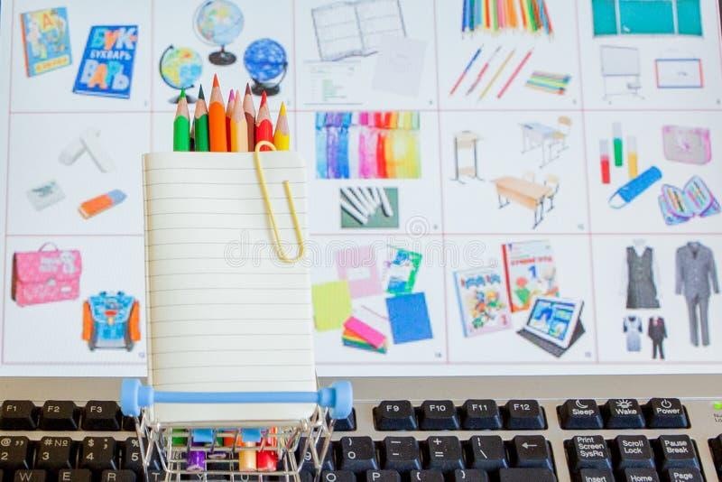 Wózek na zakupy pełno szkół narzędzia na klawiaturowym, onlinym zakupy pojęciu, obraz stock