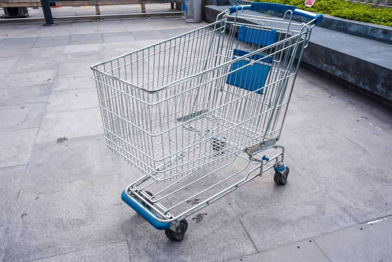 Wózek na zakupy przy supermarketa terenem zdjęcia royalty free