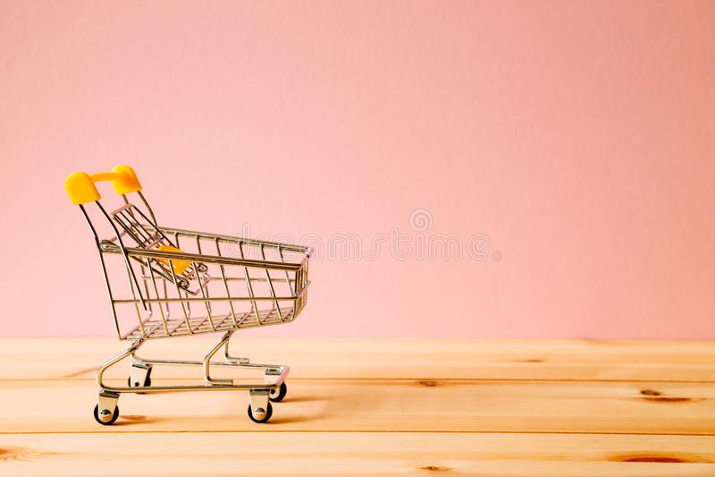 Wózek na zakupy na stole obraz stock