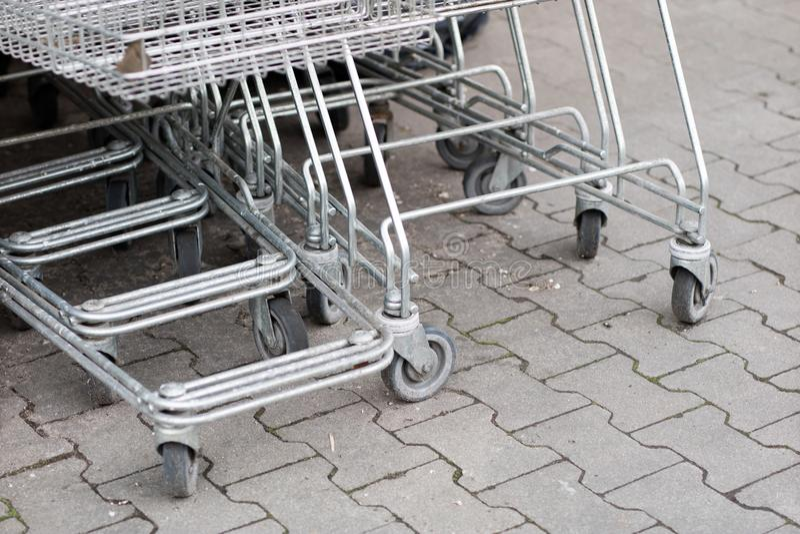 Wózek na zakupy tramwaje umieszczają pod rynkiem na zakupy fotografia stock