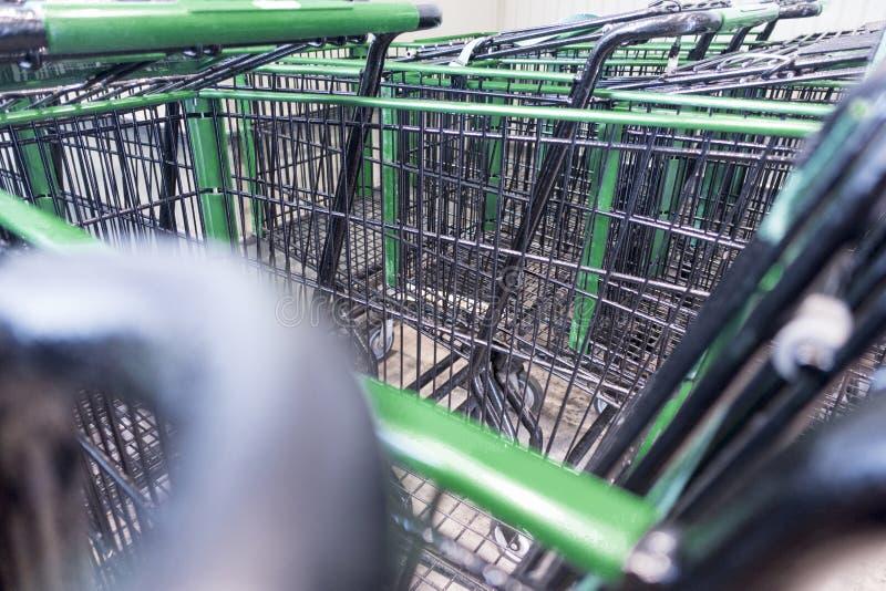 Wózek na zakupy układa przy wyznaczającym terenem fotografia stock