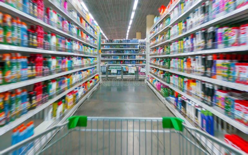 Wózek Na Zakupy widok na supermarket nawie, półkach i - wizerunek Płytką głębię pole obrazy royalty free