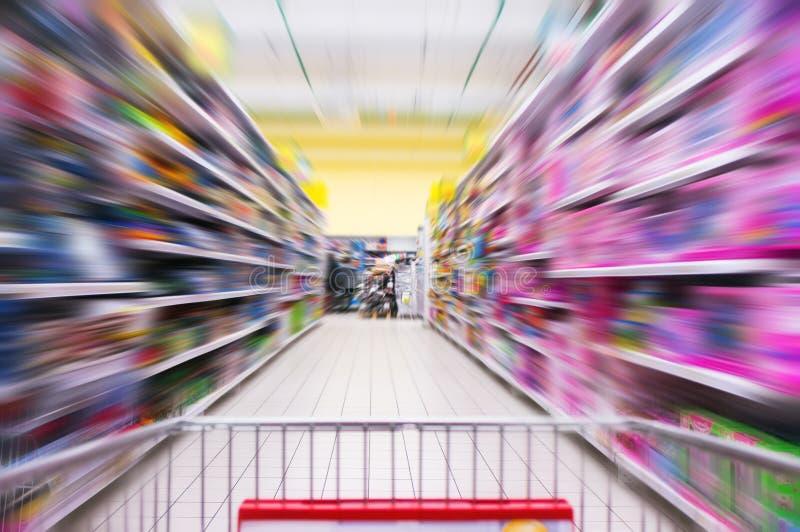 Wózek Na Zakupy widok na supermarket nawie, półkach i - wizerunek Płytką głębię pole zdjęcia stock