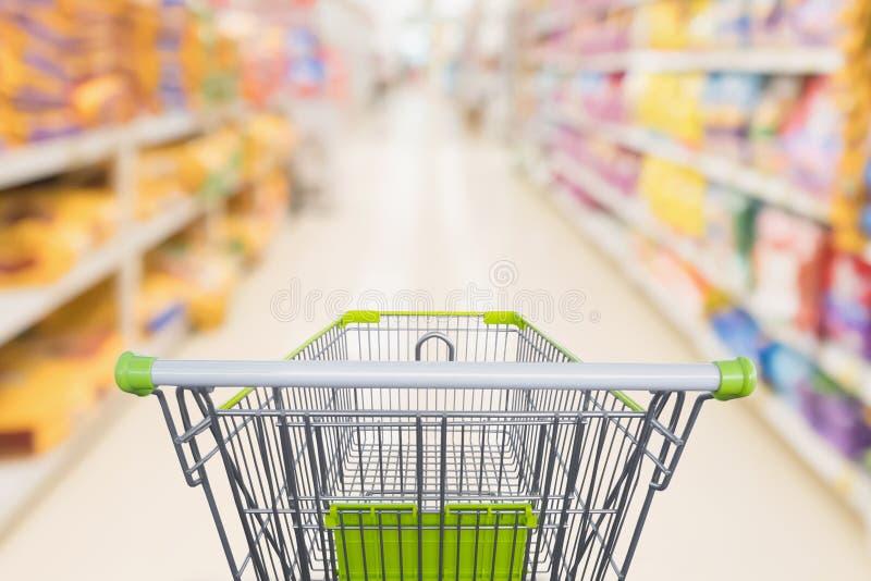 Wózek na zakupy z abstrakcjonistycznego plama supermarketa dyskontowym sklepem zdjęcia stock
