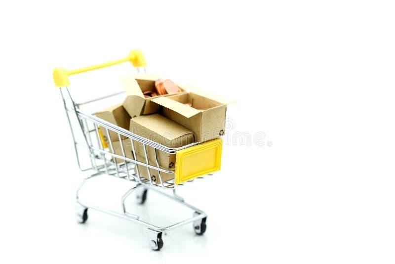 Wózek na zakupy z małym domem, zakupy, czynsz, pożyczka, hipoteka, e obraz royalty free