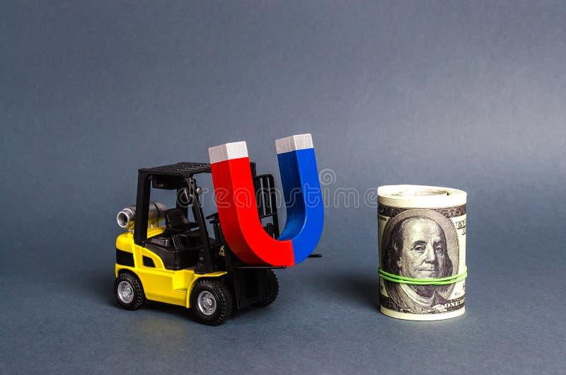 Wózek widłowy przenosi magnes do paczki dolarów. Przyciąganie środków finansowych i inwestycji na potrzeby działalności go fotografia stock