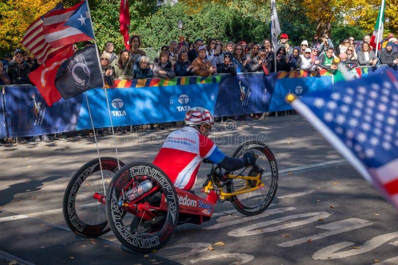 Wózków inwalidzkich podziałowi uczestnicy podczas Rocznego Miasto Nowy Jork maratonu zdjęcie stock