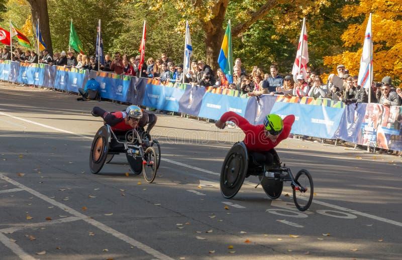 Wózków inwalidzkich podziałowi uczestnicy podczas Rocznego Miasto Nowy Jork maratonu zdjęcie royalty free