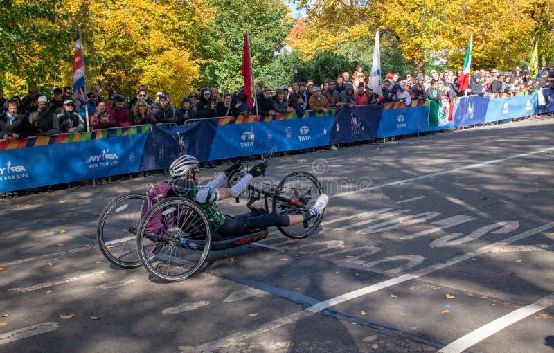 Wózków inwalidzkich podziałowi uczestnicy podczas Rocznego Miasto Nowy Jork maratonu obrazy royalty free