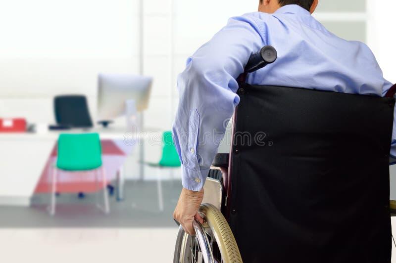 Wózka inwalidzkiego biznesmen przy biurem fotografia royalty free