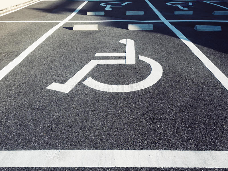 Wózka inwalidzkiego foru znak przy parking obraz stock