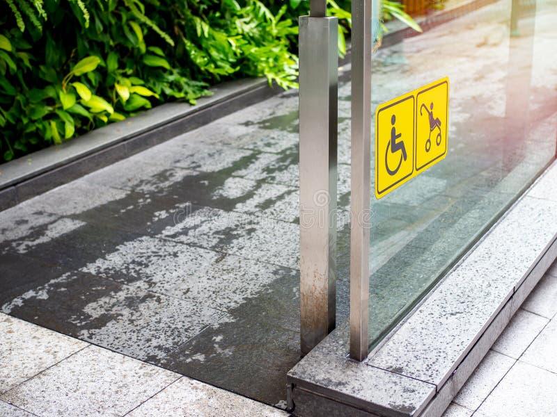 Wózka inwalidzkiego i spacerowicza koloru żółtego znak na i obrazy royalty free