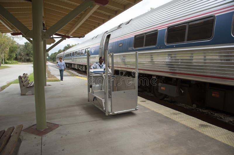 Wózka inwalidzkiego pociąg pasażerski i dźwignięcie obraz stock